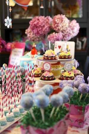 themed sweet table Alice in Wonderland