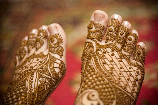 henna on bride's feet