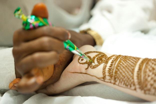 bride having hand hennad before wedding