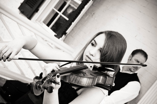 violinist plays bride down the aisle