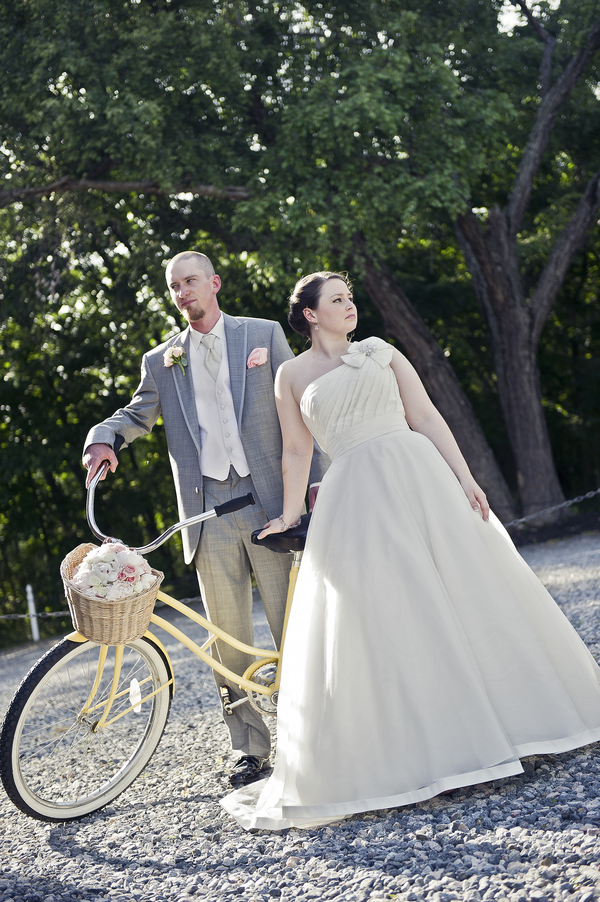 wedding photography bride and groom with vintage bicycle