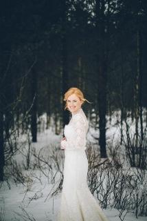 wedding photography snow bride in long sleeve dress