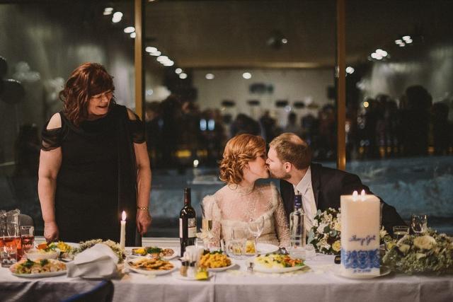 wedding table bride and groom kiss